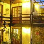 Vista nocturna del hall con aljibe que lleva a las distintas habitaciones