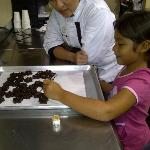 Practicando la lección de decoración de chocolates