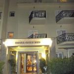 l'hôtel vue de dehors le soir