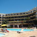 vista da piscina, o hotel está muito velho
