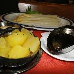 Aspargos acompanhados de batata e molho