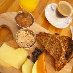 Petit déjeuner à la planche... Creton, fromage, confiture de rhubarbe, pain Niemand et bon allon