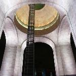 Vista interior nocturna del Monumento a la Revolución. Se aprecia al centro el elevador.