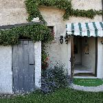 L'ingresso e il piccolo giardino all'ingresso. Un piccolo angolo di paradiso per il centro di Ba