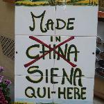 Un cartello dipinto a mano da noi, che si commenta da solo.