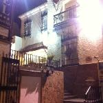 fachada por la noche