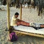 Este señor recibio un masaje en la playa mirando el sunset.