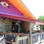 Outdoor seating at Peach's Grill