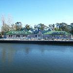 Uno de los lugares para comer, frente al lago