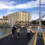 Blick vom Hafen auf das Hotel