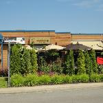 Façade du restaurant avec sa terrasse.