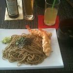 Soba froids avec des tempuras crevette