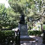 Statua di Goya di fronte alla chiesa