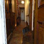 Couloir du 1er étage vu de la salle de bain, chambres au fond