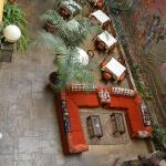 El patio del hotel y las mesas del comedor/desayunador