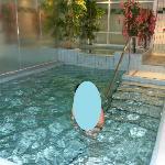La piscine chauffée dans l'hôtel