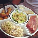 salade fraîcheur , foie gras, accras, jambon...