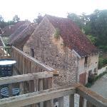 Vue depuis les chambres sur le joli village. On aperçoit le balcon de la chambre.