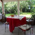 Salle de petit-déjeuner (dans une veranda donnant sur la jardin)