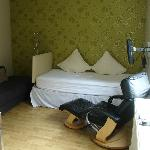 Salón cocina con cama, tv y sofá