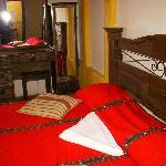 habitacion con una cama king