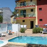 Tył hotelu i basen