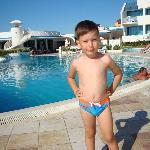 Сыночек у бассейна