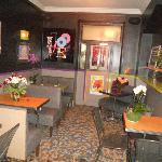 Petit bar du quartier de Montmartre. Ici, on ne boit jamais sans manger !!