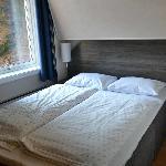 la stanza: notare che sopra il letto matrimoniale c'è un altro letto!!!