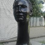 Escultura a la entrada del hotel