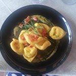cappellacci di mozzarella su crema di zucchine e concassé di pomodoro