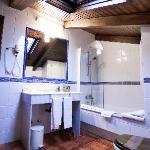 Baño equipado con secador de pelo y articulos de acogida