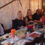 Clients Épanouie devant les plats montagnards