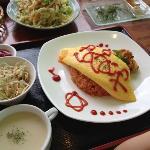 オムライス、ボリューム満点です。私はパパイヤの天ぷらがオススメです。