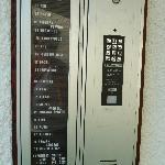 Die Liste der Telefonnummern am Hotel - und das kaputte Telefon (ohne Hinweis, dass es nicht geh