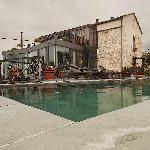 piscina y edificio principal