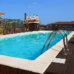 La piscina dell'albergo al 4° piano.