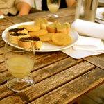 Gourmandises provençales sur une terrasse