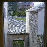 部屋から隣のローマ劇場跡を眺める