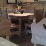... Tische,Stühle,Bänke sehr urig und gemütlich ist es in dieser Schänke