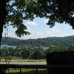 Att sitta i skuggan under de stora träden med en varm bris från vattnet där nere...