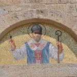 ...über dem Portal der Kirche....