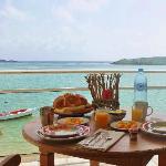 Le petit dejeuner servi sur la terrasse!