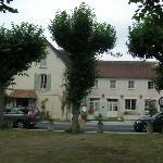 L'hôtel sur la petite place du village