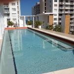Pool auf dem Dach dahinter das Meer