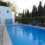 Het zwembad met het hotel op de achtergrond