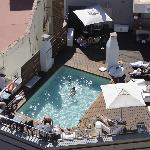 piscine sympa sur le toit, petite mais très confortable