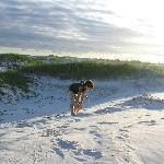 As crianças se deliciam com as brincadeiras nas dunas. Fantástico por de sol!