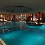 Gran piscina, con pequeña cafetería. Horario amplio (julio, 2012 - 6:30-23).