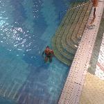la piscina interna vista dal bar